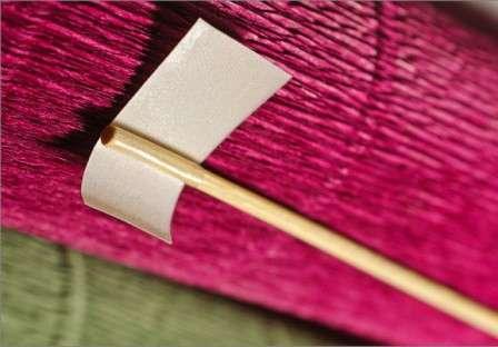 Для этого на деревянную шпажку нужно закрепить двусторонний скотч, чтобы легко было приклеить конфету.