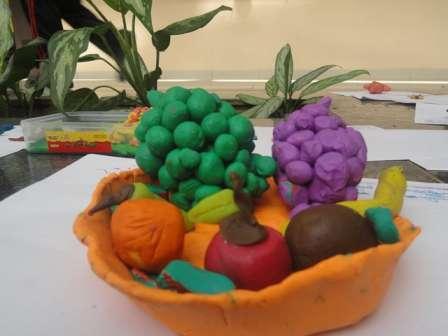 Незаменим пластилин для изготовления овощей и фруктов, тем более что сегодня производители предлагают этот материал для рукоделия в различных цветовых решениях.
