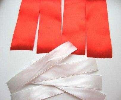 Чтобы изготовить один бантик нужно приготовленные ленты нарезать на небольшие отрезки: