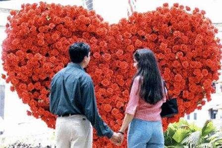 А как вам идея подарка, как в песне Аллы Пугачевой «Миллион алых роз…»: