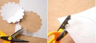 Затем вырезаем его фигурными ножницами, чтобы получился такой себе цветочек