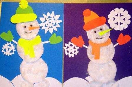 Чтобы сымитировать снег, используйте вату или белые нитки для вязания. Из тонкого фетра попробуйте вырезать снежинки или сделать сугробы.