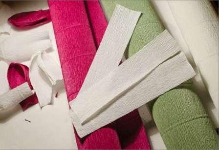 Вы можете подобрать бумагу для изготовления крокусов разного цвета. Начнем с изготовления цветочков, поэтому нарежьте креповую бумагу на полоски длиной 15 см и шириной 3 см.