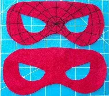 После этого перенесите заготовку на фетр красного цвета.</p> <p> Обязательно нужно примерить бумажный шаблон к лицу ребёнка, чтобы маска не была маленькой. Вам нужно будет вырезать из фетра две заготовки, чтобы сделать лицевую и изнаночную стороны.» width=»380″ height=»336″/></p></div> </p> <p>Паутинку на изделии легко сделать ручным или машинным швом.</p> <p> Для того чтобы получились ровные швы, сделайте фломастером отметки.</p> <p><div style=