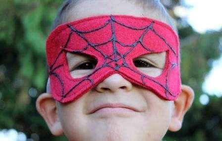 Как сделать маски для детей.</p> <p> Фото.</p> <p> Шаблоны. МК» width=»448″ height=»285″/></p></div> </p> <p>Каждый мальчик в детстве хочет чувствовать себя настоящим героем, который летит на помощь также быстро, как персонажи из любимых мультфильмах. Именно поэтому мальчики чаще всего представляют себя в роли Человка-Паука или Бэтмана.</p> <p> Если ваш ребёнок принимает участие в какой-то театральной постановке или спектакле, то без специального костюма просто не обойтись.</p> <p> Пошить костюм для ребёнка вы можете своими руками, а дополнить выдуманный образ легко с помощью <strong>масок из фетра</strong> или бумаги.</p> <h2>Как сделать маску Человека-паука из фетра</h2> <p>Сначала нужно найти подходящий шаблон для маски.</p> <p> Его можно распечатать с интернета или нарисовать самостоятельно на листе бумаги.</p> <p><div style=