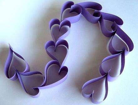 Существует несколько вариантов, как сделать гирлянды из бумажных сердечек. Например, вы можете попробовать разрезать бумагу на полоски и после этого постепенно склеивать их в форме сердец, соединяя их друг с другом.