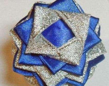 Следующе ряды наклеиваем поверх синего квадратика, уменьшая расстояния между треугольниками