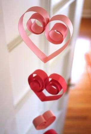 Не обязательно делать горизонтальные гирлянды из сердец, вы можете придумать весьма креативные варианты.