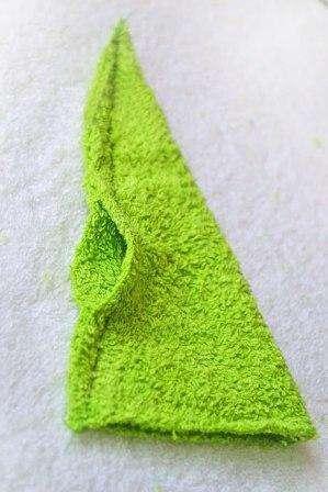 Прикладываем выкройку (треугольник и круг) к махровой ткани, намечаем их и вырезаем обычными острыми ножницами
