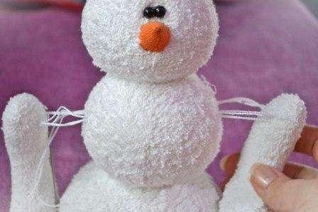 Пришивать ручки к туловищу снеговичка мы будем очень интересным нитяным способом!