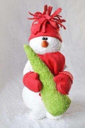Пришиваем новоявленную ёлку к снеговику, он должен обхватить её ручками