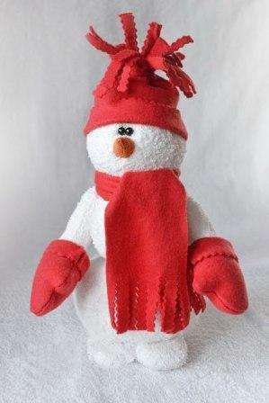 У нашего снеговичка уже всё есть: и шапка, и шарфик, и даже варежки