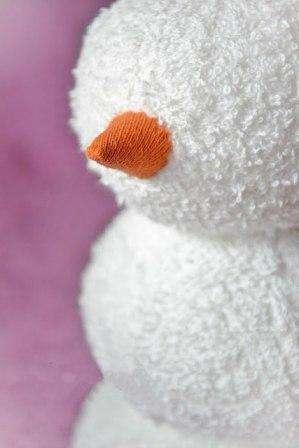 Форма – есть, нос-морковка – тоже, теперь нужно красиво прицепить к снеговику глазки