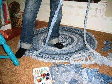 Для такого круглого джинсового коврика нам понадобится много джинсовых штанов!
