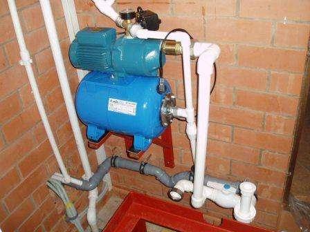 Для того чтобы понимать, на какой объем можно рассчитывать, нужно знать основные технические характеристики водозаборной скважины. Сюда можно отнести: размер трубопровода, глубину скважины, уровень подземных вод.