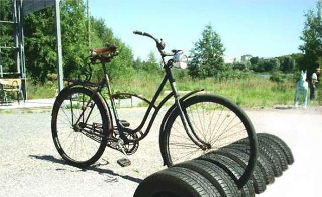 Еще один вариант необычного применения шин – оборудование велопарковки. Если в вашей семье есть заядлые велосипедисты или данный вид транспорта удобен для передвижения по местности, сделайте парковку из автопокрышек.