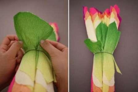 Осталось отгибать постепенно листочки, начиная от самых маленьких. Гофрированная бумага, в отличие от папирусной хорошо тянется, поэтому вы можете смело расправлять каждый лепесток, придавая ему определенную форму.