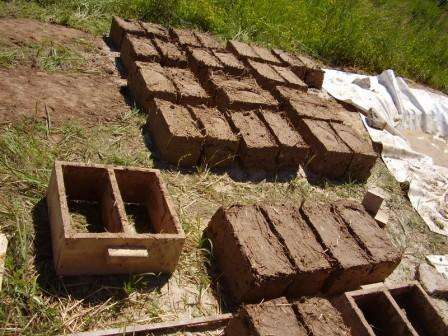 Как изготовить саман или кирпичи из глины. Фото и видео
