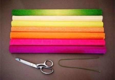 Возьмите целый лист гофрированной бумаги и начните складывать его гармошкой. Вы можете самостоятельно подобрать цветовую гамму для пиона и каждый лист сложить.