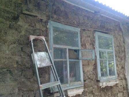 Для полного высыхания постройки из самана требуется довольно долгий период времени, по истечении которого происходит 7% усадка строения. Именно поэтому опытные специалисты не советуют встраивать окна и двери в саманную постройку, не дождавшись ее полного высыхания. Иначе окна и двери с большой вероятностью покроются трещинами.