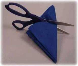 Возьмите этого треугольник из уголок и с одного края обрежьте его противоположный края. После того как вы развернете вашу заготовку, должно получится 8 круглых фигурок с фигурным контуром.