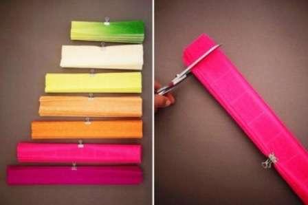 После этого выложите все гармошки в ряд и каждый обрежьте на несколько сантиметров, чтобы он был короче, чем предыдущий. Важно, чтобы самые длинные листки были основного цвета, например, розового, красного или бордового.