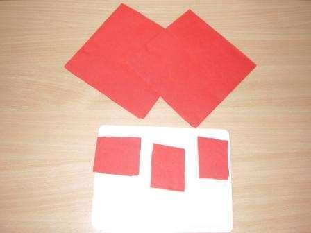 Возьмите салфетки разных цветов и разрежьте их на квадратики подходящего размера. После этого каждый кусочек нужно помять в руках, а после этого начать скатывать его между ладошкам