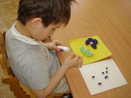 После этого на листе картона ваш ребенок должен нарисовать какую-то фигуру или композицию, а потом приступить к её заполнению с помощью шариков из салфеток.