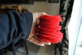 Из флисовой ткани нарежьте великое множество одинаковых кружочков, примерно 7-10 см в диаметре