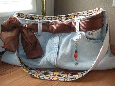 Еще одна актуальная проблема для модниц всех возрастов и народов – сумочка из старой одежды