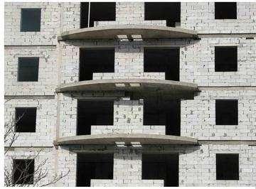 Учитывая плюсы и минусы газосиликатных блоков, можно существенно сэкономить на строительстве своими руками. Сегодня их широко применяют для возведения строение хозяйственного и жилого назначения.