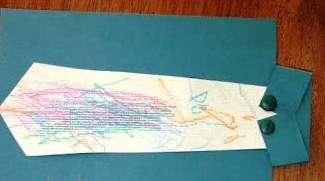Оригинально смотрится рубашка с галстуком на однотонной открытке. Простая аппликация придает изюминку всей поделке.