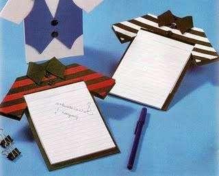 верху придется приклеить на него квадрат бумаги другого цвета для того, чтобы сымитировать рубашку. Не забудьте о рукавах и воротнике. Галстук желательно подбирать в тон рубашки или контрастный. Вырезайте выступающие детали из плотной бумаги и приклеивайте к основанию.