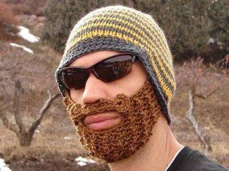 Если у вы обладаете навыками вязания, попробуйте сделать креативную шапку с бородой