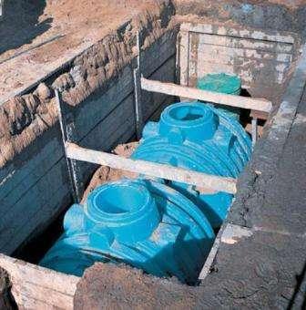 Модуль из пластика можно назвать практически готовым септиком – требуется лишь правильная его установка. Пластиковая канализация отличается надежностью, долгим сроком эксплуатации. Минус пластика в том, что его стенки порой не выдерживают высокого давления грунта. Иногда стенки пластикового септика подвержены колебаниям. Это происходит в случае установки пластикового резервуара в месте залегания грунтовых вод