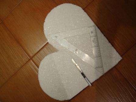Перед тем как приступить к изготовлению это поделки, определитесь с размерами и назначением сердца. В зависимости от этого в качестве основания вы можете использовать обычный картон или пенопласт.