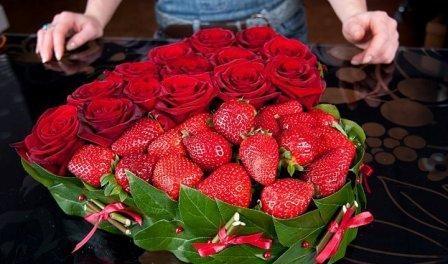Букет сердце из цветов из клубники. Мастер-класс пошагово