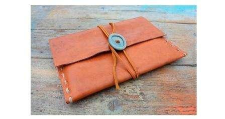 Креативная обложка для ipad – интересный вариант подарка мужчине или отцу. Вам понадобится старая кожаная сумка, ножницы, нитка и иголка.