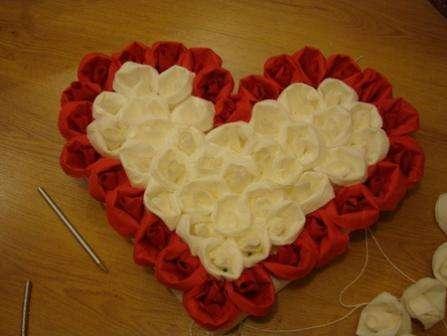 Каждую розочку нужно закрепить на основе при помощи иголочки и силиконового клея, чтобы не отлетела. Получится весьма прочная и красивая поделка в форме сердца для свадебной машины.