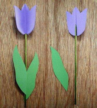 Листочки можно наклеить сверху шпажки. Если вы делали двойные лепестки, то когда будете склеивать, оставьте в нижней части не склеенную часть, чтобы можно было прикрепить листочек к стеблю.