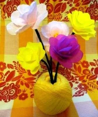 Для того чтобы композиция была красивой, нужно сделать несколько цветов и поставить их в вазу.