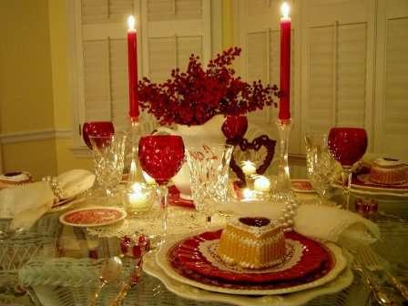 В комнате, где будет происходить торжество, должны стоять подсвечники со свечами, живые композиции из цветов, главный букет для любимой поставьте на видное место