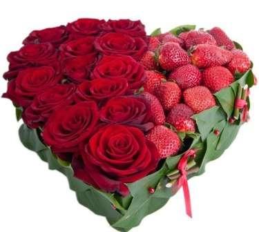 сердце из цветов и клубники