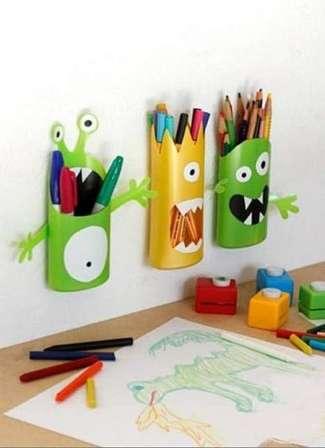 Крепить карандашницу желательно над рабочей поверхностью ребенка.