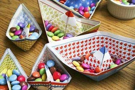 Мелкие конфетки выдержит даже обычный бумажный кораблик.