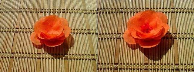 В центр нашего простенького салфеточного цветка капаем каплю клея