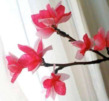 Цветы наклеиваем своими руками на сухую ветку яблони. Получается красивая поделка