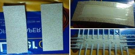 Сначала возьмите картон и вырежьте из него дно для вашей поделки.</p> <p> Размер может быть любым, в зависимости от того, что вы в подставке будете хранить.</p> <p> Обклейте дно обоями или цветной бумагой подходящего оттенка. У вас должны быть две половинки одинакового размера для дна, так как потом придется их склеить, чтобы скрыть газетные трубочки.» width=»448″ height=»185″/></p></div> </p> <p>Сделайте достаточное количество трубочек из офисной бумаги или газет. Наметьте ручкой на картонном дне место для расположения трубочек-стоек.</p> <p> Это важно сделать под линейку, чтобы готова поделка была красивой. Чтобы облегчить приклеивание, возьмите двусторонний скотч и наклейте его на дно.</p> <p> Потом по разметке прикладывайте подготовленные трубочки. Сверху нанесите клей-пва и приклейте вторую часть основания.</p> <p> В результате у вас будет красивая заготовка для дна подставки и по 4 трубочки-стойки с узкой стороны, а с широкой – по 9 трубочек для плетения.</p> <p><div style=