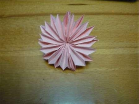 Если склеить четыре заготовки между собой, то получится цветочек.</p> <p> В итоге у вас получатся красивые хризантемы, которые потом можно склеить в шар кусудама.</p> <p> Для изготовления шара вам понадобится 12 одинаковых цветов. Лучше сделать их из разноцветной цветной бумаги, чтобы декоративная поделка выглядела оригинальной.» width=»448″ height=»336″/></p></div> </p> <p>Склеивать цветы в шар – это самый сложный этап в технике кусудама, так как нужно выполнять работу аккуратно, а площадь склеиваемой поверхности минимальная.</p> <p><div style=