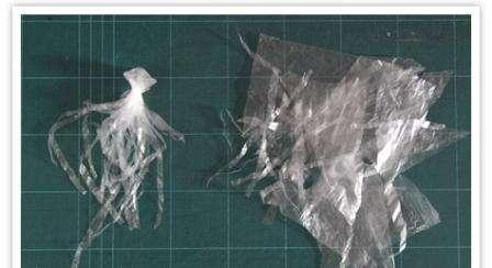 Теперь делайте к телу надрезы на оставшемся пакетике, чтобы получились щупальца пиявок. У вас должно получится около 10 щупальцев, лишнее можно обрезать, а на каждом щупальце попробуйте сделать несколько надрезов.